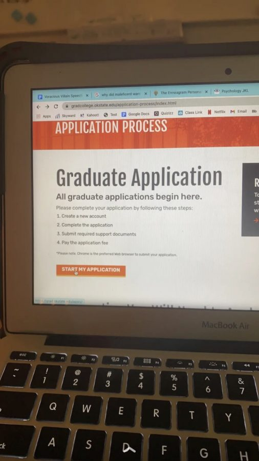 With September coming to a close, seniors focus their attention on applying to colleges. Whether that be in or out of state, seniors are weighing their options and completing the application processes.
